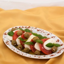 SAŁATKA CAPRESE (mozarella, pomidory, oliwki, bazylia)