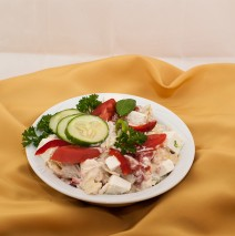 SAŁATKA MOSKIEWSKA (kapusta pekińska, pomidor, ogórek, ser feta, jajko, kukurydza, ostry sos różowy)