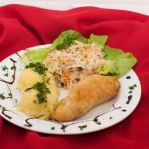 KOTLET DE VOLAILLE z ziemniakami i surówką