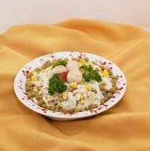 SAŁATKA FIRMOWA (sałata lodowa, groszek konserwowy, pieczarki marynowane, kurczak, sos majonezowy)